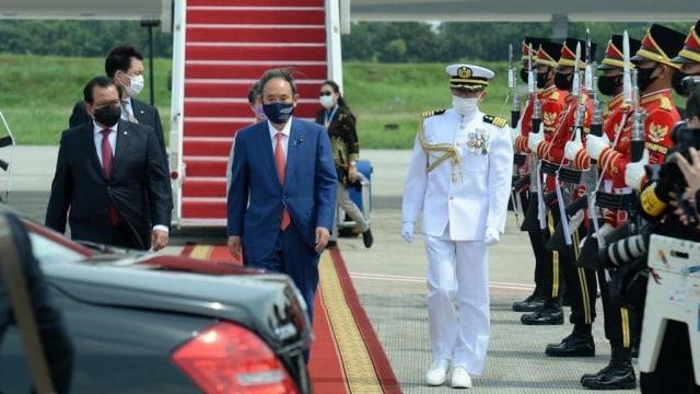 Bermasker, PM Jepang Yoshihide Suga dan Istri Tiba di Indonesia (2)