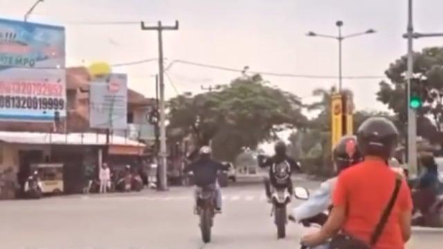 Sok-sokan Freestyle di Jalan, Dua Pemotor Diseruduk Emak-emak dari Belakang (25327)