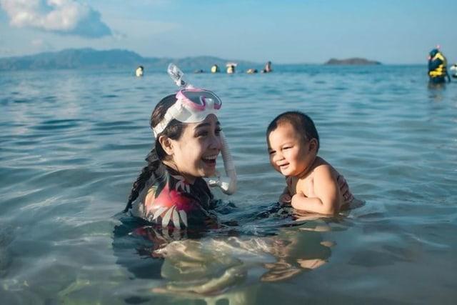 5 Momen Seru Nagita Slavina Liburan Bareng Kiano Tiger Wong di Laut (76973)