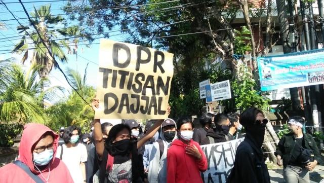 Dikawal Polisi dan Pecalang, Demo Tolak Omnibus Law di Bali Berjalan Damai  (583969)