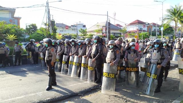 Dikawal Polisi dan Pecalang, Demo Tolak Omnibus Law di Bali Berjalan Damai  (583970)
