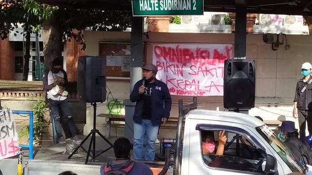 Dikawal Polisi dan Pecalang, Demo Tolak Omnibus Law di Bali Berjalan Damai  (583971)