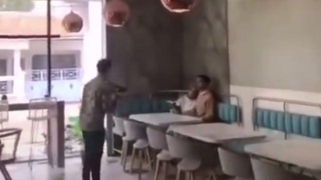 Nyesek, Tangis Barista Kopi Saksikan Mantan Prewedding di Kafe Tempat Kerjanya (443275)