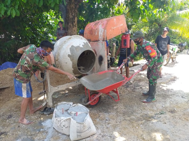 Personel Satgas TMMD Sintang Gotong Royong Bersama Warga Perbaiki Jalan (47323)