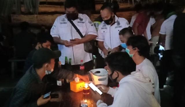 Razia Narkoba, Polresta Solo Dapati Tempat Hiburan Abaikan Protokol Kesehatan (2221)