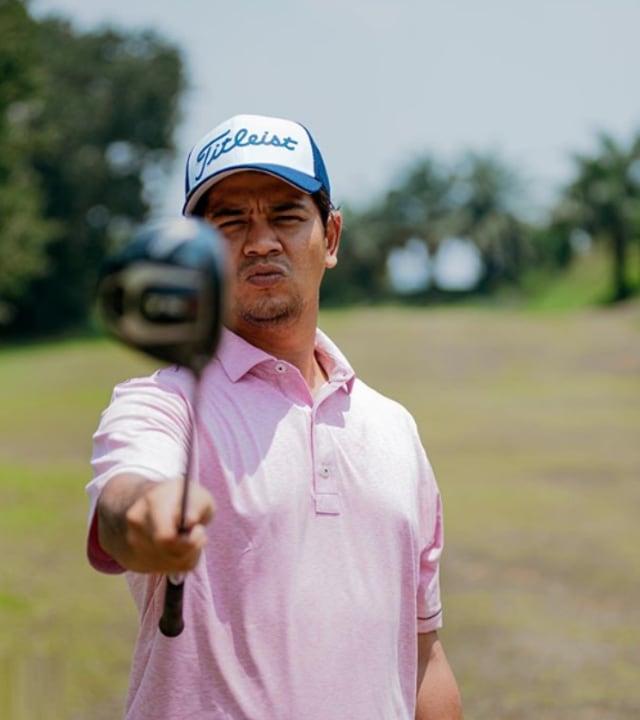 7 Potret Sporty Selebritis Saat Main Golf (81862)