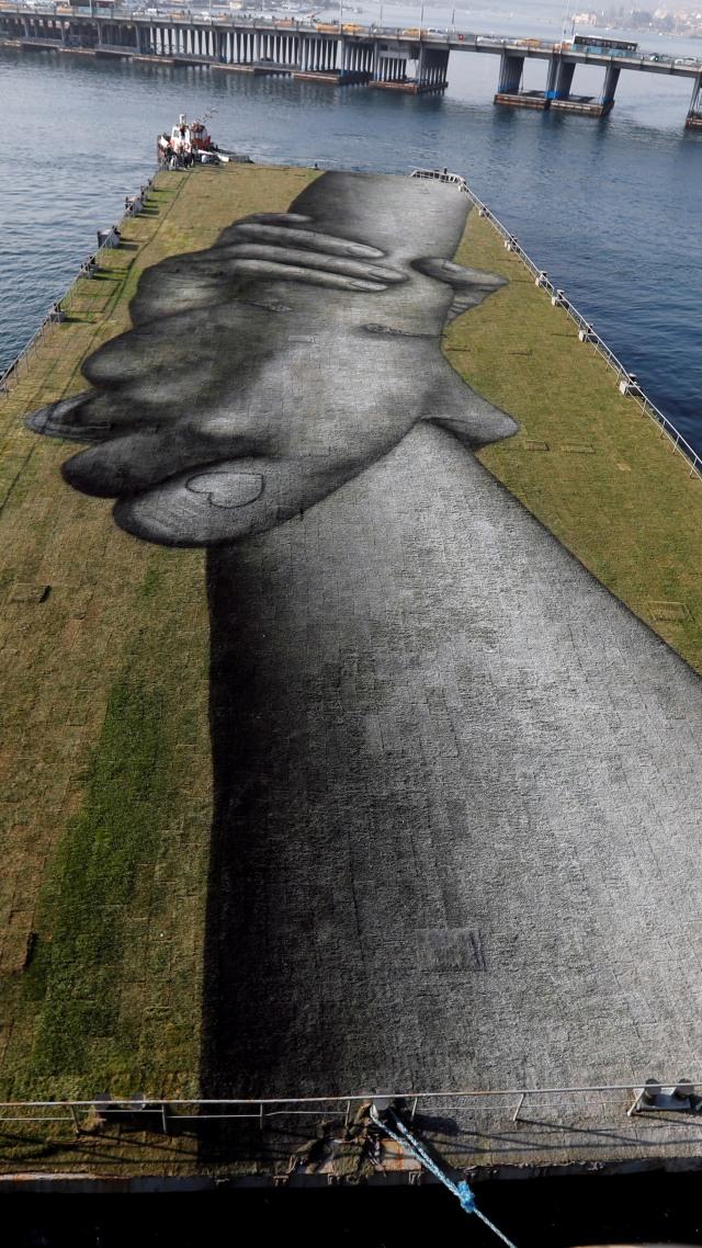 Foto: Lukisan 'Rantai Manusia' Raksasa Mengapung di Teluk Tanduk Emas, Turki (66668)