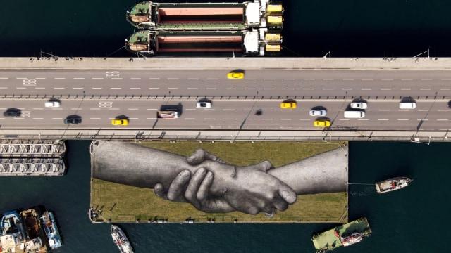 Foto: Lukisan 'Rantai Manusia' Raksasa Mengapung di Teluk Tanduk Emas, Turki (66669)