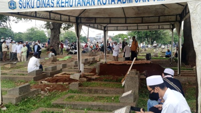 Pemakaman KH Fahrurrozi Ishaq di TPU Kober Dipenuhi Jemaah (115116)