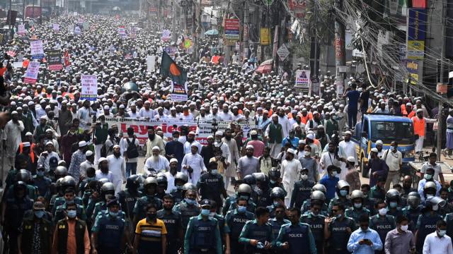 40 Ribu Orang di Bangladesh Demo Prancis, Macron Dituduh Penyembah Setan (297263)