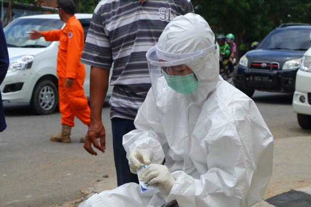 Foto: Rapid Test di Dua Perbatasan Bandar Lampung Jelang Libur Panjang (22682)