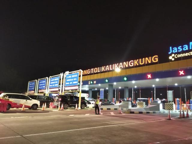 H-1 Long Weekend, Arus Lalu Lintas di Gerbang Tol Kalikangkung Ramai Lancar (255419)