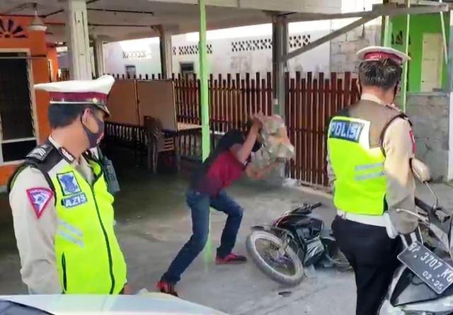 Hancurkan Motor Pakai Batu Saat Ditilang, Pemuda Ini Minta Maaf ke Polisi (135464)