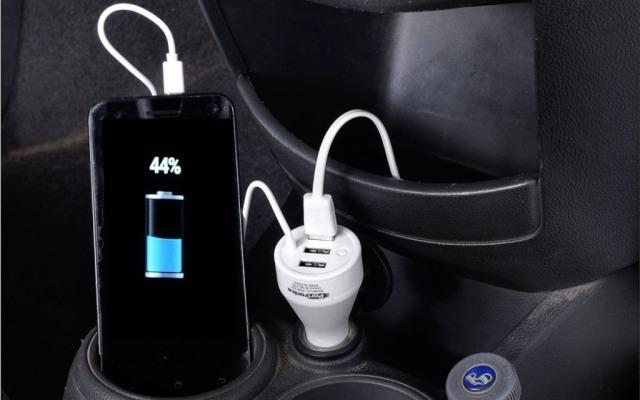 Kebiasaan Pakai Charger Smartphone di Mobil yang Ternyata Salah Kaprah (557035)