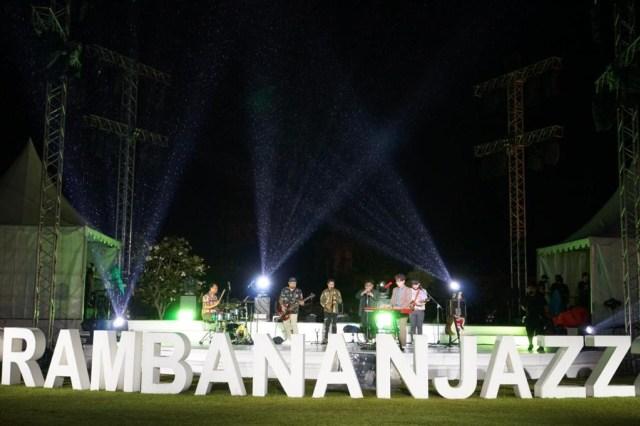 Sempat Terpeleset, Ardhito Pramono Tetap Asyik Hibur Penonton Prambanan Jazz (355290)
