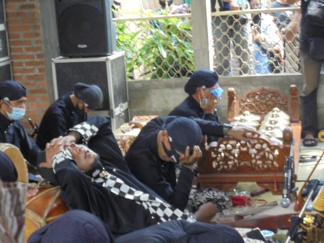 Foto: Tangis Perih Penabuh Gamelan dan Sinden Melepas Jenazah Ki Seno Nugroho (332014)