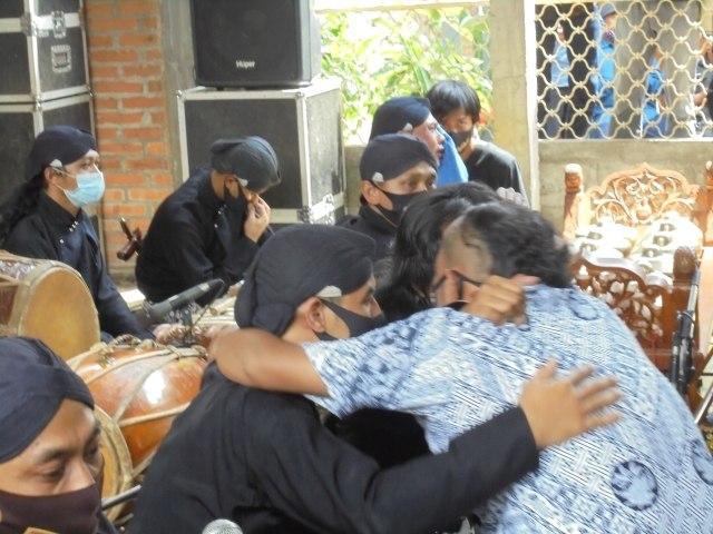 Foto: Tangis Perih Penabuh Gamelan dan Sinden Melepas Jenazah Ki Seno Nugroho (332015)
