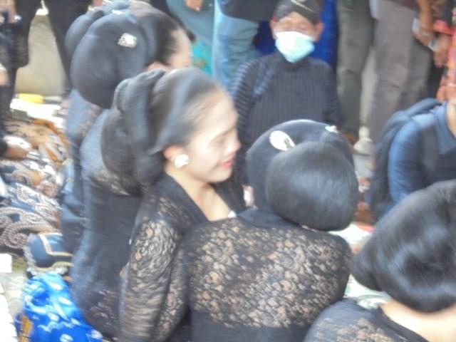 Foto: Tangis Perih Penabuh Gamelan dan Sinden Melepas Jenazah Ki Seno Nugroho (332016)