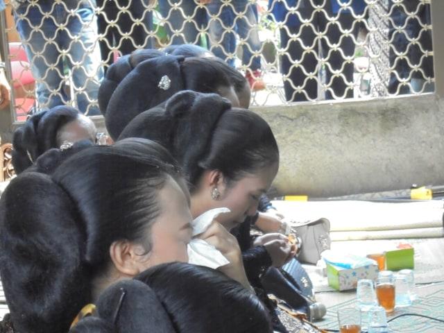Foto: Tangis Perih Penabuh Gamelan dan Sinden Melepas Jenazah Ki Seno Nugroho (332017)