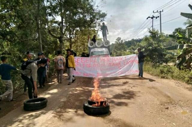 Warga Konawe Bangun Tenda di Tengah Jalan Rusak, Demo karena Pemerintah Cuek (166637)
