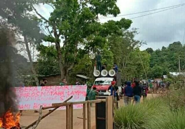 Warga Konawe Bangun Tenda di Tengah Jalan Rusak, Demo karena Pemerintah Cuek (166639)