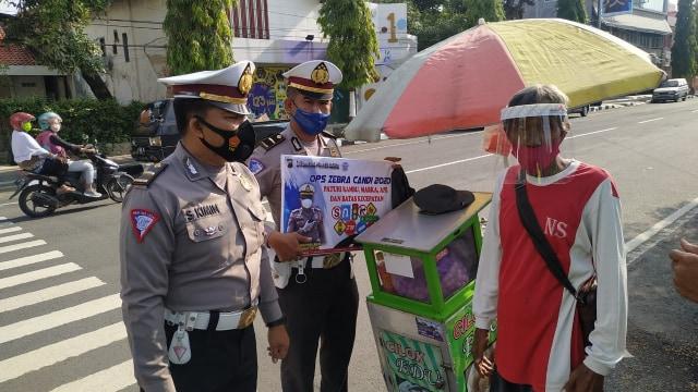 Operasi Zebra Candi 2020, Polisi Blora Bagikan Masker dan Face Shield (552081)