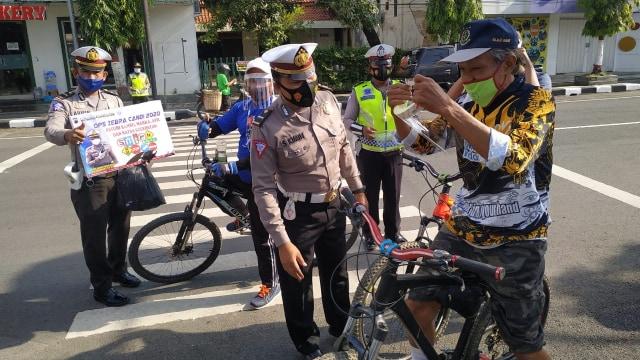 Operasi Zebra Candi 2020, Polisi Blora Bagikan Masker dan Face Shield (552082)