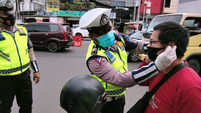 Operasi Zebra Samrat, Polisi di Manado Bagikan Masker dan Sembako (546263)