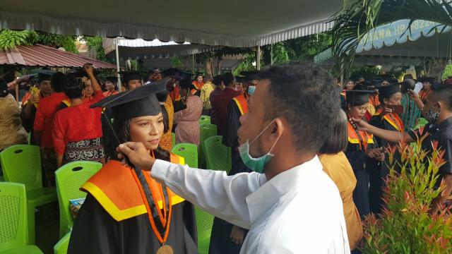 Momen Mengharukan Orang Tua Pindahkan Tali Toga di Wisuda Unipa Maumere  (245480)