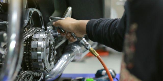 Hindari Semprot Angin Kompresor saat Ganti Oli Motor, Ini Alasannya (255970)