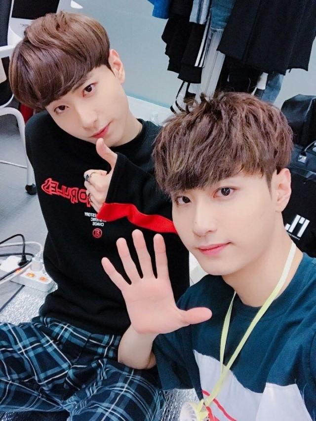 Xion Oneus dan 4 Idol Kpop yang Punya Kembaran, Gemas! (42729)
