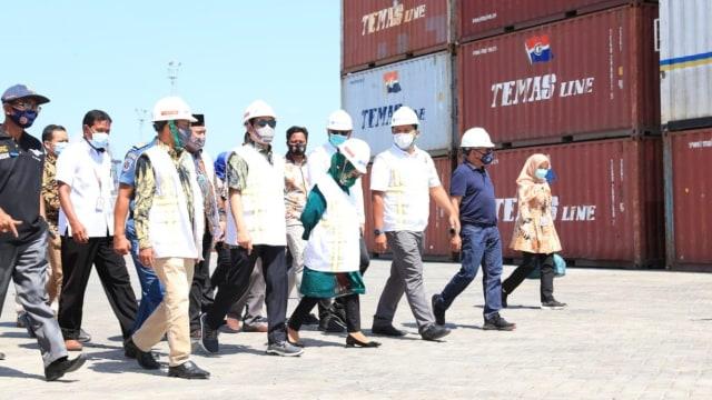 Mendes PDTT Pantau Program Tol Laut di Pelabuhan Bima, NTB (237762)