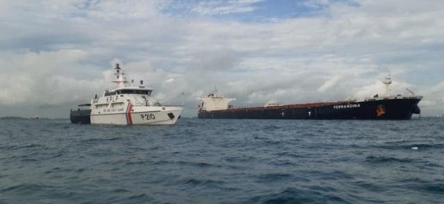 Petugas Awasi Kapal dari Brasil yang Bawa Jenazah ABK Filipina ke Batam (155564)