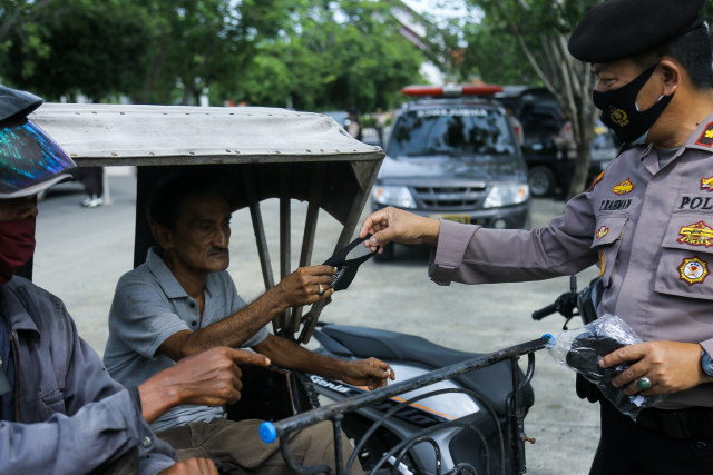 Polisi Bagi 37 Ribu Lembar Masker Selama Operasi Zebra Seulawah 2020 di Aceh (84993)