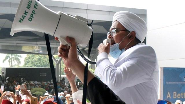 Aparat Bersitegang dengan Massa FPI Saat Copot Spanduk Habib Rizieq di Slipi (480289)