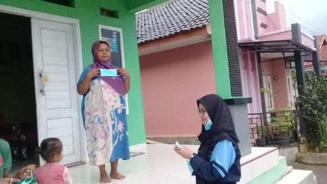 Mahasiswa KKN UIN Walisongo Bagikan Masker Gratis di Kecamatan Salem (30340)