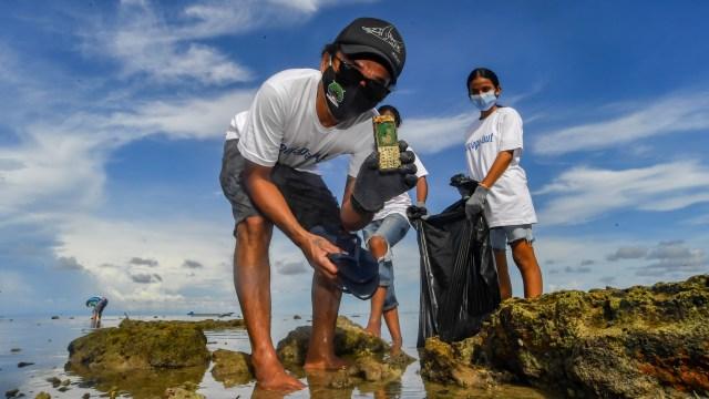 Foto: Personel Slank Ikut Bersih-bersih Sampah di Pantai Maluku (174689)