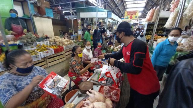 Peringati Hari Kesehatan Nasional, PMI Gelar Rapid Test di Pasar Gede Solo (202115)