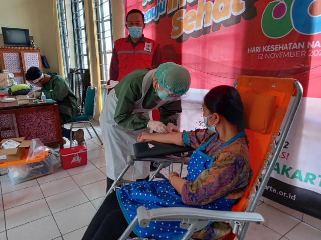 Peringati Hari Kesehatan Nasional, PMI Gelar Rapid Test di Pasar Gede Solo (202116)