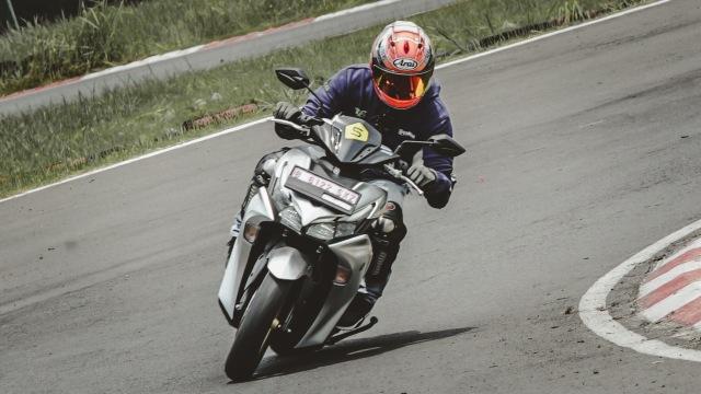 Catatan Kami Setelah Mencoba All New Yamaha Aerox di Jalan Raya dan Sirkuit  (571235)
