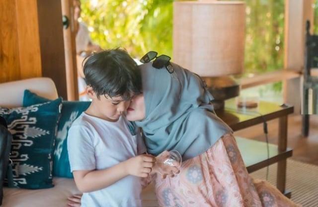 7 Potret Rafathar Bersama Sang Nenek, Amy Qanita (388797)