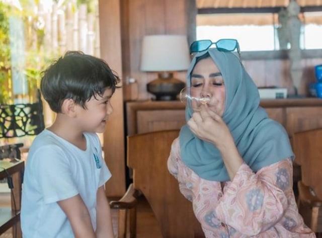 7 Potret Rafathar Bersama Sang Nenek, Amy Qanita (388799)