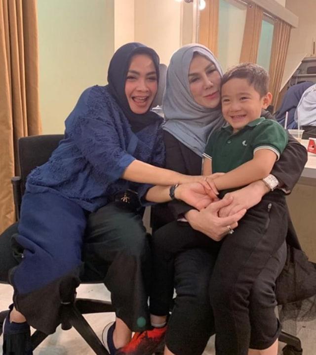 7 Potret Rafathar Bersama Sang Nenek, Amy Qanita (388802)