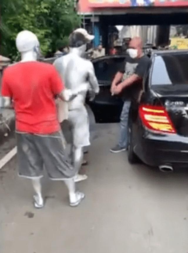 Momen Manusia Silver Tegur Pengemudi Mobil yang Buang Sampah Sembarangan (32671)