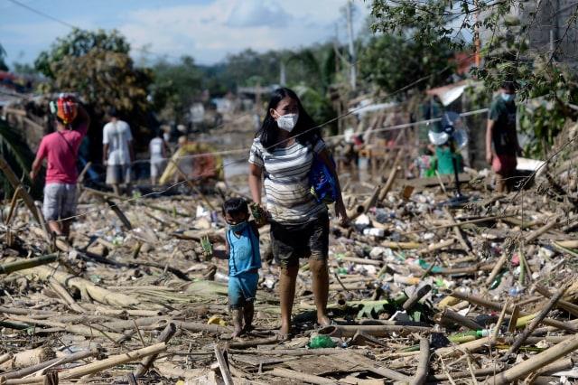 Foto: Warga Filipina Berjibaku dengan Lumpur dan Sampah Imbas Topan Vamco  (111797)