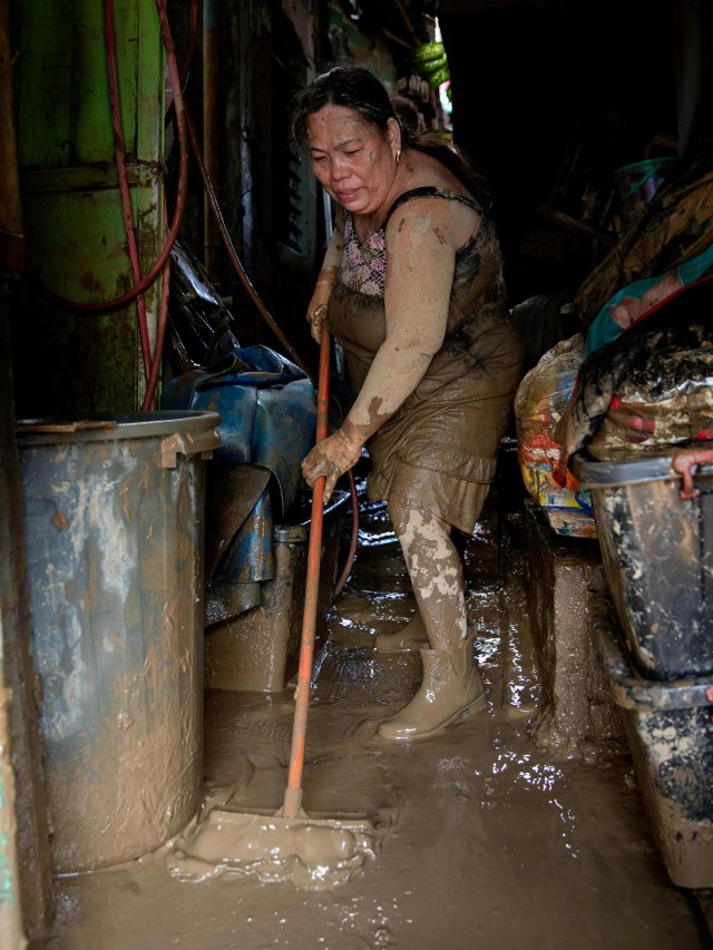 Foto: Warga Filipina Berjibaku dengan Lumpur dan Sampah Imbas Topan Vamco  (111796)
