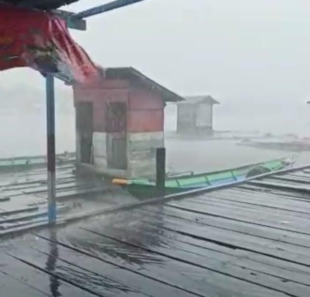 Hujan Deras dan Angin Kencang, Hanyutkan Tiga Jamban di Sungai Arut (34687)
