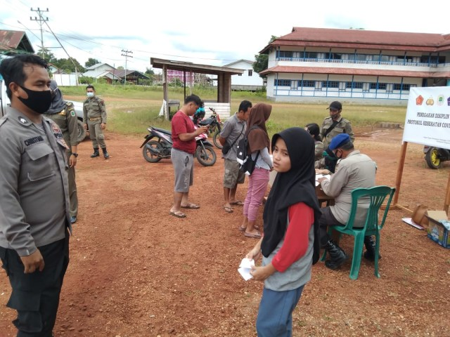 Razia Masker di Kapuas Hulu: Warga yang Terjaring Disanksi Nyanyi Indonesia Raya (48)