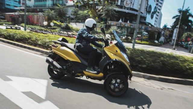 First Ride Piaggio MP3 500 HPE: Sensasi Asik Berbelok Motor Tiga Roda (662324)