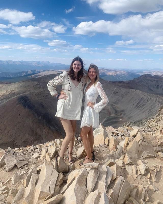 Bukan Main! Pendaki Wanita Ini Pakai Gaun dan Sepatu Hak Tinggi Saat Naik Gunung (41445)